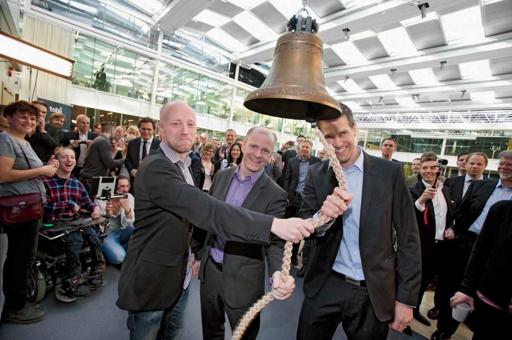 Tobiis grundare ringer i klockan vid noteringsceremonin på Nasdaq Stockholm.