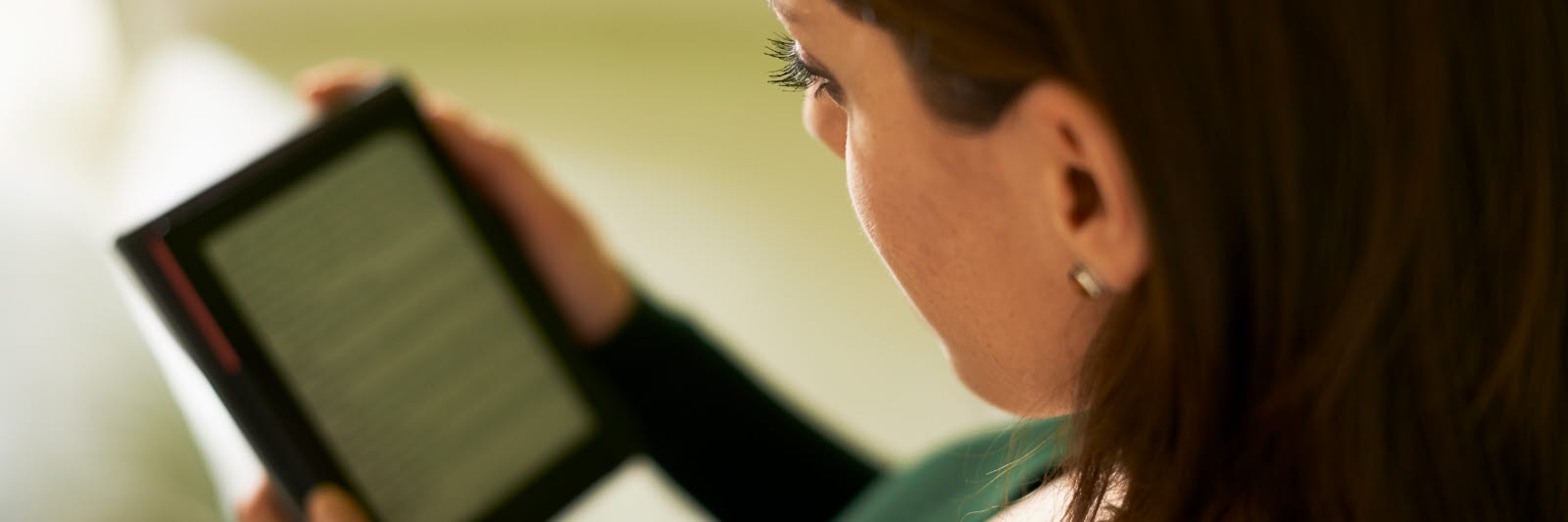 woman reading on a tablet Stiftung Lesen user case