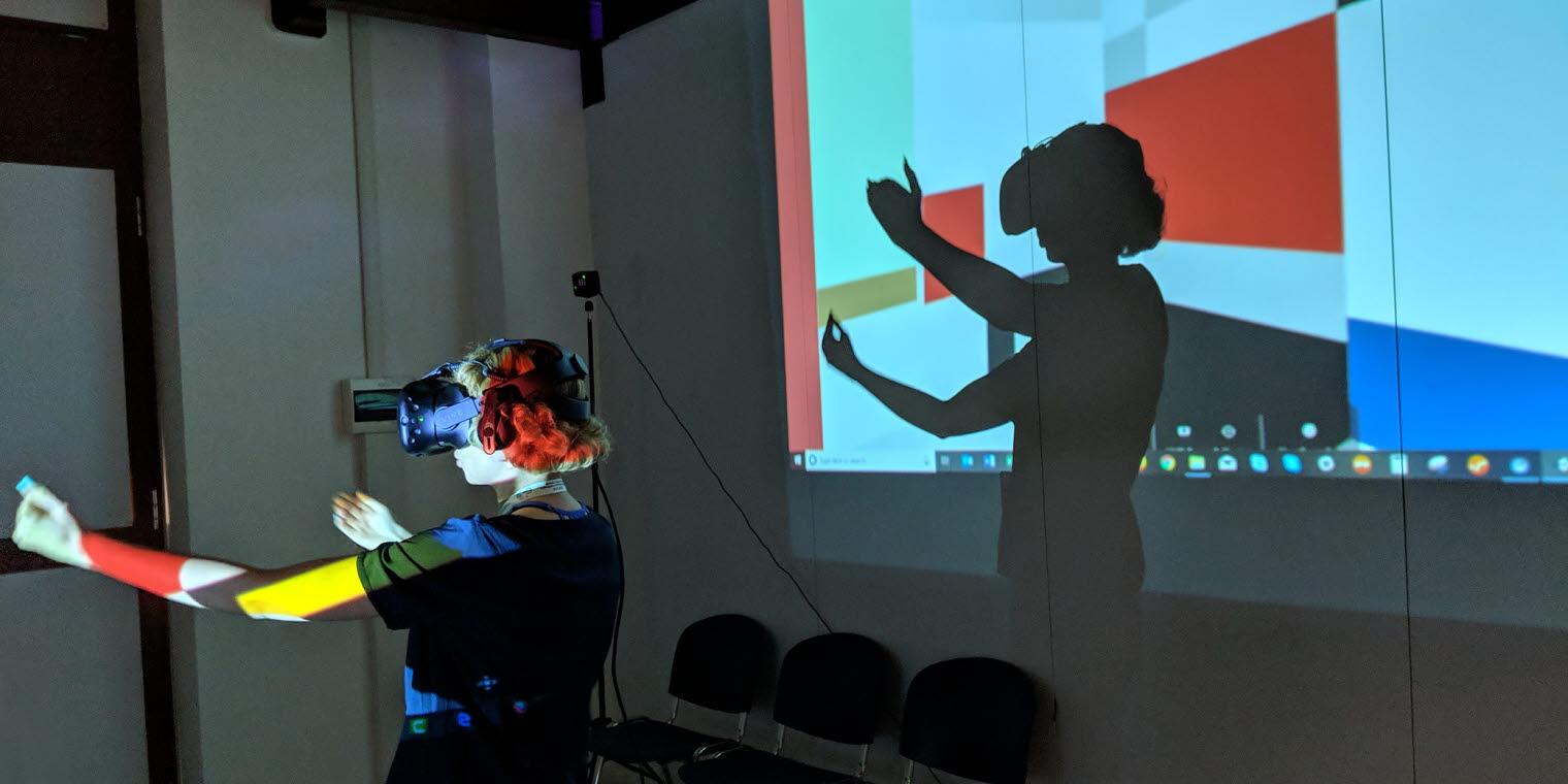 woman wearing Virtual reality headset in Mondrian human behavior study