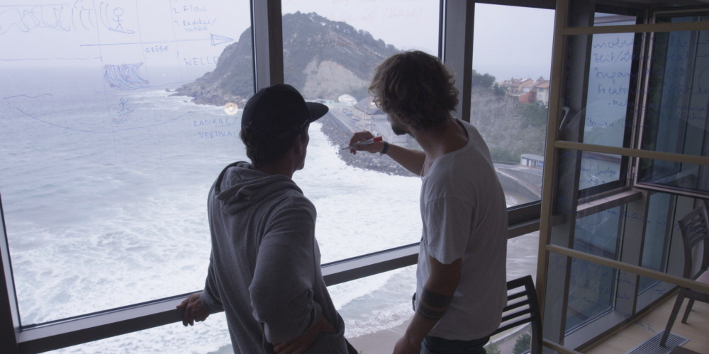 Tobii Pro eye tracking technology is used to analyze surfers' gaze patterns