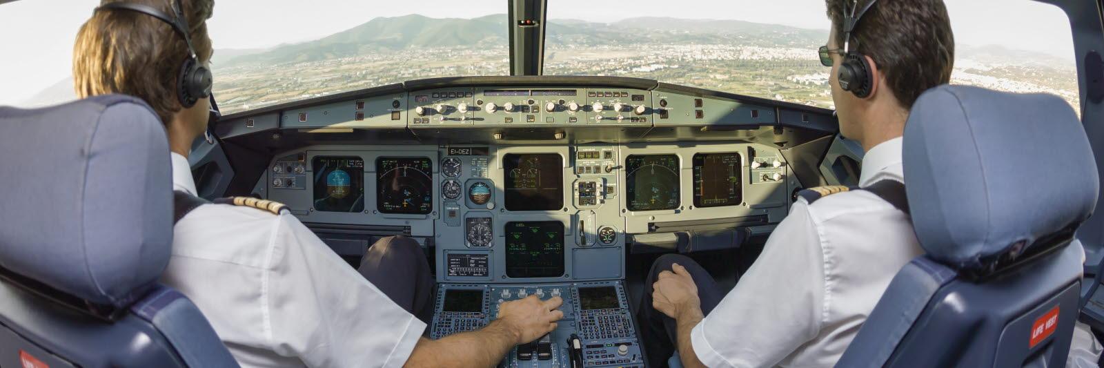 2 pilots flying a plane
